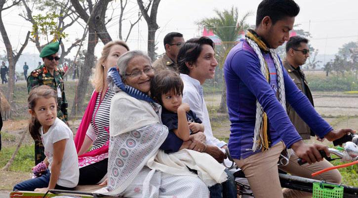 টুঙ্গিপাড়ায় ভাগ্নে আর নাতি-নাতনিদের নিয়ে রিকশাভ্যানে ঘুরে বেড়ালেন প্রধানমন্ত্রী